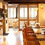 <b>八ッ橋茶屋 清水坂店</b><br>人気のとろ湯葉丼や鶏そば、抹茶ラテなど、八ッ橋茶屋ならではのメニューがいろいろ。窓からの景色もお楽しみいただけるかも。