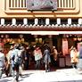 <b>本家西尾八ッ橋 清水店</b><br>茶屋ではありませんが、ソフトクリームをはじめとしたテイクアウトのおやつが充実しています。温かいお茶のサービスもありますよ。